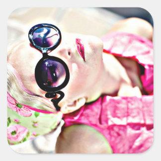 Retro Dame in den rosa Vintagen Grafik-Aufklebern Quadratischer Aufkleber
