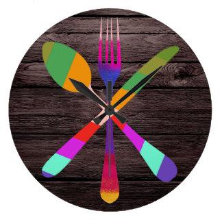 Retro Küche, die auf Holz kocht Wanduhren