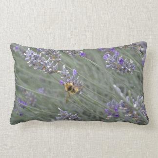 Retten Sie die Bienen: Lavendellumbar-Kissen Kissen