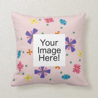 Ring der Blumen auf blassem - rosa quadratisches Kissen