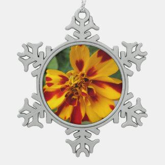 Ringelblumen-zweifarbiges gelbes Rot Schneeflocken Zinn-Ornament