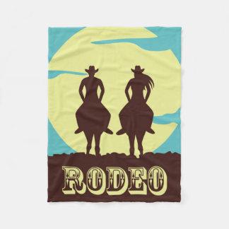 Rodeo-Paare reiten in Sonnenuntergang Fleecedecke