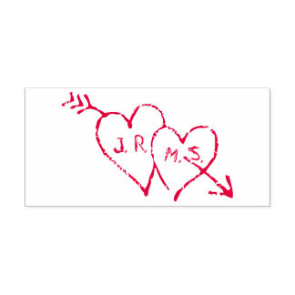 Romantische Initialen geätzt in den Herzen Permastempel