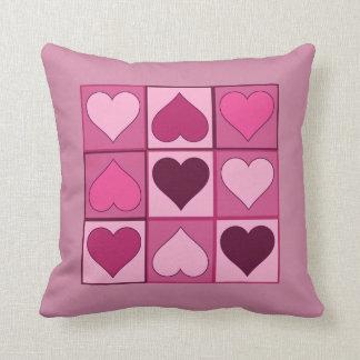 Romantische rosa Herzen auf und ab mit irgendeiner Kissen