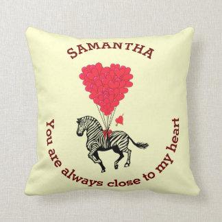 Romantischer Zebra und rotes Herz personalisiert Zierkissen
