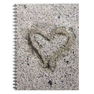 Romantisches Herz im Sand Notizblock