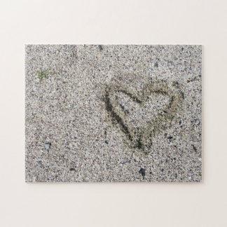 Romantisches Herz in der Sand-Foto-Herausforderung
