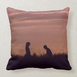 Romantisches Silhouette-junge Kissen