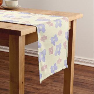 Rosa blaue Blumen auf Creme Kurzer Tischläufer