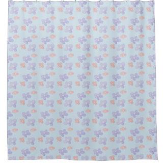 Rosa blaue Blumen auf Pastellblau Duschvorhang
