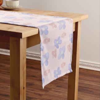 Rosa blaue Blumen auf Pastellrosa Kurzer Tischläufer