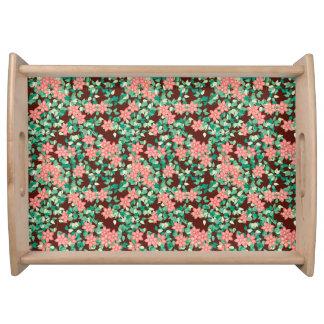 Rosa Blumen auf einem Schokoladenhintergrund Tablett