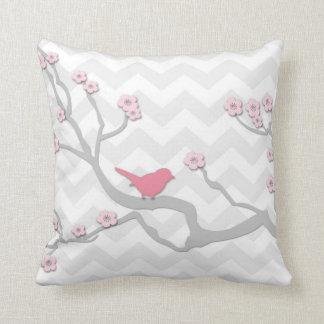 Rosa grauer Vogel auf Kissen
