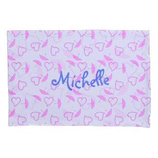 Rosa Herzen und Sonnenschirme auf lila blauem Kissenbezug