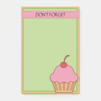 Rosa kleiner Kuchen mit Kirsche auf grünem Brown, Post-it Klebezettel