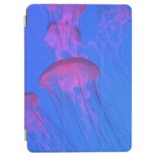 Rosa Quallen im Himmelblaumeer iPad Air Hülle