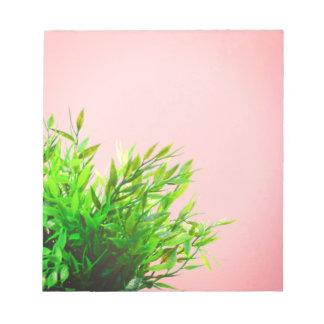 Rosa und grünes Haus-Pflanzen-Natur-Gartenarbeit Notizblock