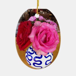 Rosa und Rosen-Verzierung Ovales Keramik Ornament