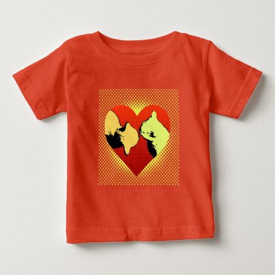 Rot auf Rot, zwei Katzen in einem Herzen hallo Baby T-shirt