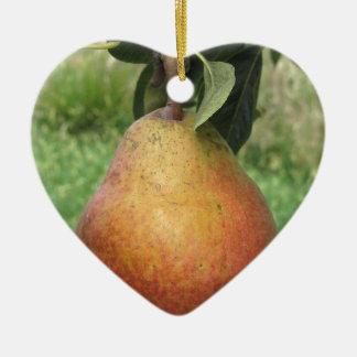 Rote Birne des Singles, die am Baum hängt Keramik Herz-Ornament