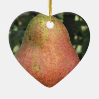 Rote Birne des Singles, die am Baum hängt Keramik Ornament