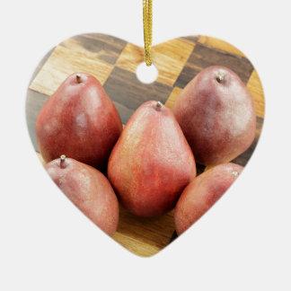 Rote Birnen auf einem hölzernen Schach-Brett Keramik Herz-Ornament