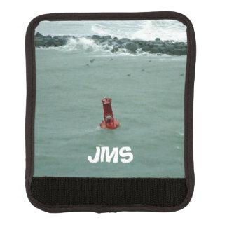 Rote Boje in den stürmischen Meeren mit Monogramm Gepäckgriff Marker
