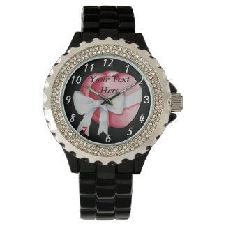 rote Herzen mit ursprünglicher Kunst des weißen Armbanduhr