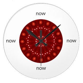 "Rote kastanienbraune Kaleidoskop-Mandala ""jetzt "" Große Wanduhr"