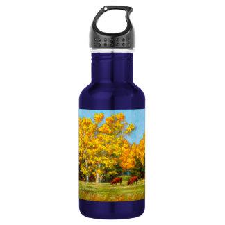 Rote Kühe unter gelber Fall-Wasser-Flasche Trinkflasche