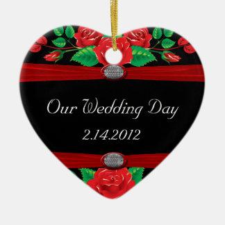 Rote Rebe-Rosen auf Schwarzem Keramik Ornament