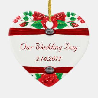 Rote Rebe-Rosen auf Weiß Keramik Ornament