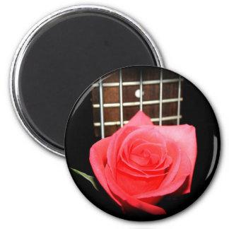 Rote rosa Rose gegen Bass-Gitterwerkbrett der Schn Runder Magnet 5,7 Cm