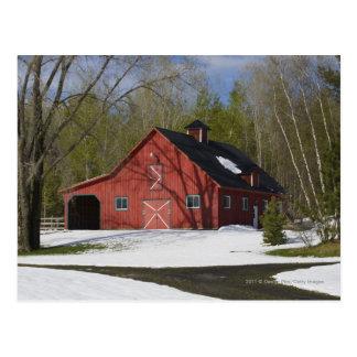 Rote Scheune im Winter Postkarte