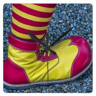 Rote und gelbe Clownschuh-Quadrat-Wanduhr Quadratische Wanduhr