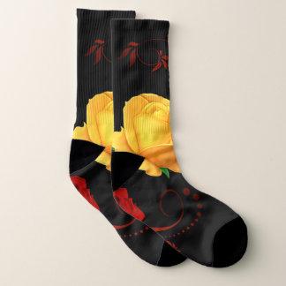 rote und gelbe Rosen auf Schwarzem Socken