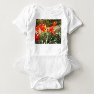 Rote und gelbe Tulpen Baby Strampler