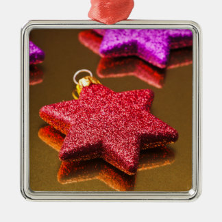 Rote und lila glänzende Weihnachtssterne Silbernes Ornament