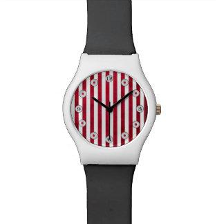 Rote und weiße Streifen auf Gewebe-Beschaffenheit Uhr