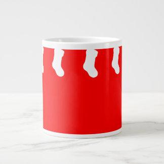 Rote WeihnachtsTasse mit hängenden Socken Jumbo-Tasse