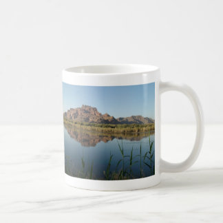 Roter Felsen-Berg hinter dem schwach gesalzeneren Kaffeetasse