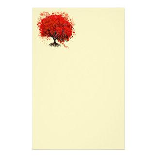 Roter gewirbelter Herz-Blumen-Baum auf Gelb Briefpapier