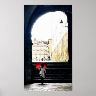 Roter Regenschirm in einem spanischen Bogen 2 Poster