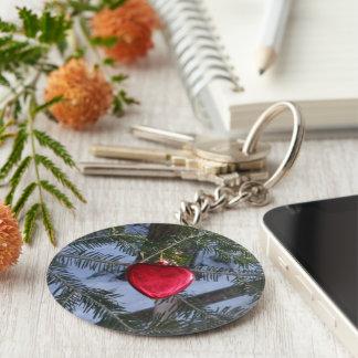 Rotes Herz auf Kiefern-Niederlassung Schlüsselanhänger