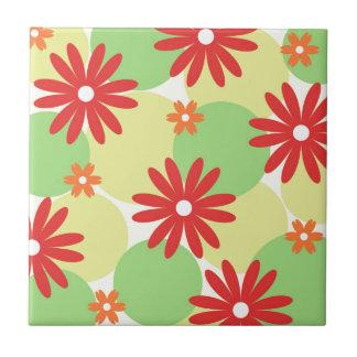 Rotes orange Blumen auf Grün Kleine Quadratische Fliese