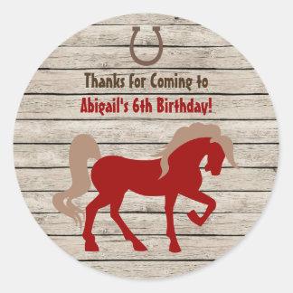 Rotes Pferd und Scheunen-hölzerner Mädchen-oder Runder Aufkleber