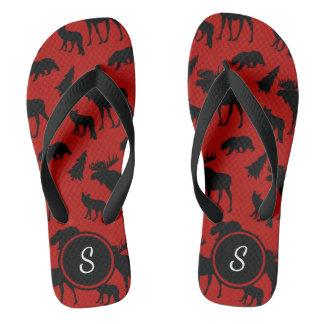 Rotes und schwarzes Waldmuster mit Initiale Flip Flops