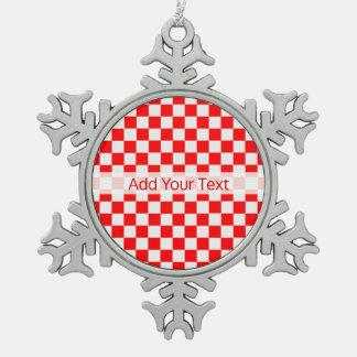 Rotes und weißes klassisches Schachbrett durch Schneeflocken Zinn-Ornament