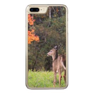 Rotwild auf dem Gebiet im Herbst Carved iPhone 8 Plus/7 Plus Hülle