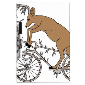 Rotwild, die sein Geweih-Fahrrad reiten Trockenlöschtafel